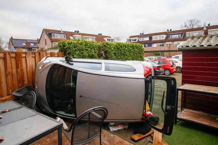 Een auto is vrijdag in een achtertuin aan de Donizettiplaats in Zwijndrecht gecrasht.