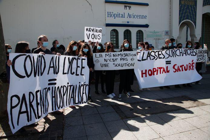 Ouders, studenten en personeel van de Eugene Delacroix highschool demonsteren bij het Avicenne hospitaal.