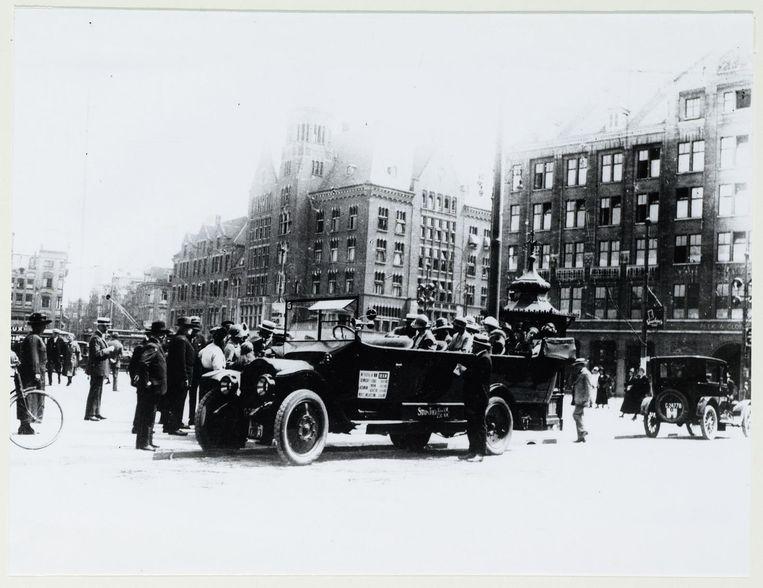 Toerisme in 1920. Op de Dam staat 'de Stads Tour' klaar Beeld .