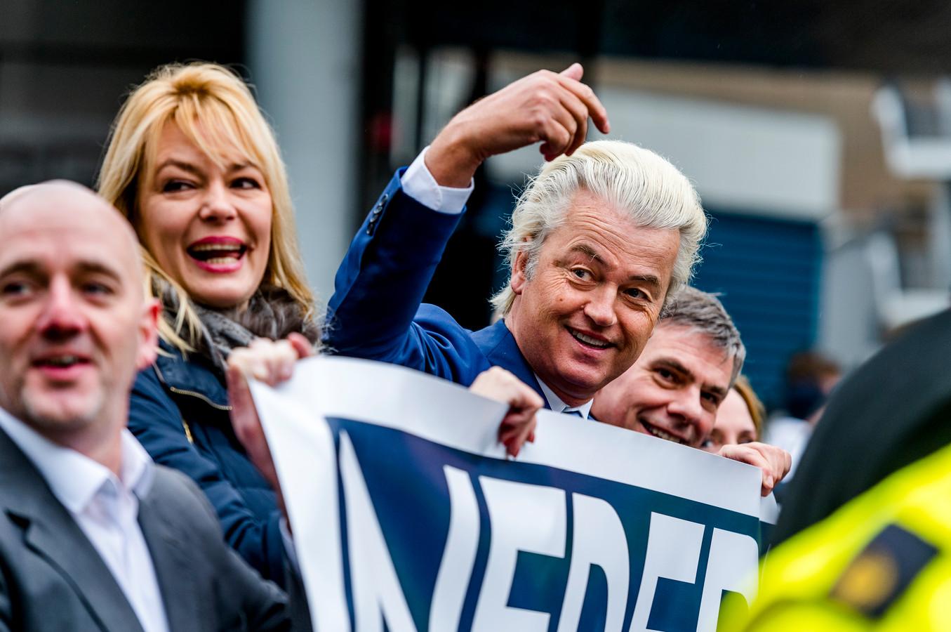 PVV-leider Geert Wilders houdt zijn anti-Rutte-demonstratie in Rotterdam. Ook Filip De Winter demonstreerde samen met Wilders.