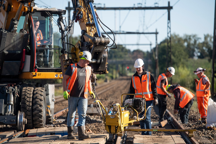 Medewerkers van ProRail aan het werk bij de spoorwegovergang Ten Cateweg in Wierden.