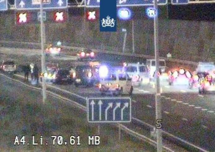 Door een ongeluk loopt het verkeer op de A4 vast.