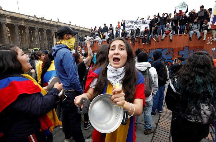 Betogers protesteerden ook voor het donker in Bogota tegen het beleid van president Ivan Duque.