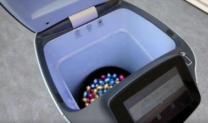 De buik van bloedrobot Robin is ter gelegenheid van Pasen gevuld met chocolade-eitjes.