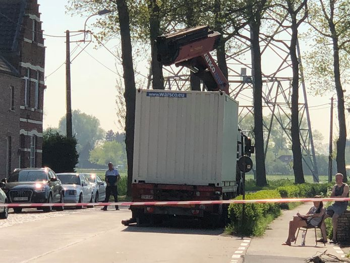 Deze vrachtwagen, geladen met een kraan, richtte de ravage aan.