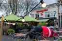 Café De Unie is gestopt met verkoop van kerstbomen vanaf het terras. Binnen mag het wel. De opblaasbare kerstman moet wijken van de gemeente.