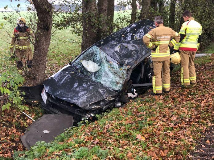 Flinke schade aan het voertuig na het ongeluk bij Gendringen, zaterdagochtend. Twee mensen raakten gewond.