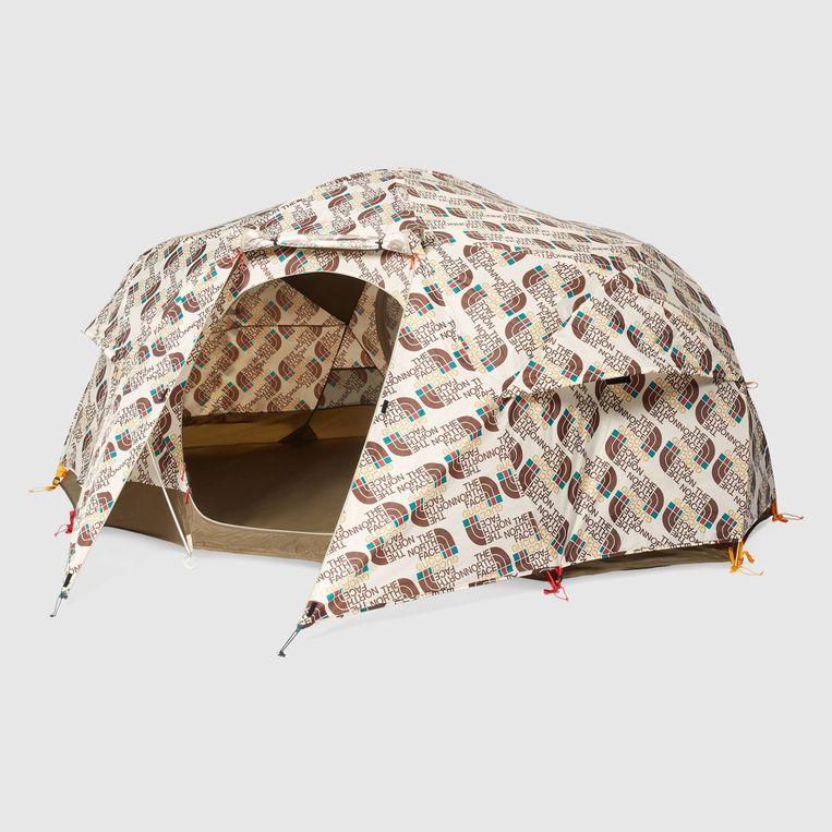 Tent bedolven onder logo's. Beeld .