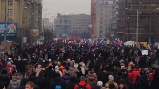 Mensen met Russische vlaggen demonstreren in Moskou voor een inval in buurland Oekraïne.