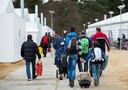 Vluchtelingen vertrekken van Heumensoord, de noodopvang ging weer dicht in 2016.
