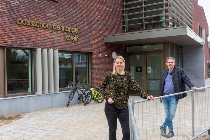 LEENDE ED2021-8799 Laatste loodjes verhuizing basisschool De Triangel naar nieuwe schoolgebouw, Lerares *Hanneke Keeris* en conciërge *Twan Staals* bij de nieuwe hoofdingang.