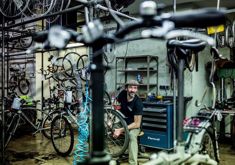 CyCLO vzw, in het fietsatelier in de Vlaamse Steenweg. Beeld Franky Verdickt