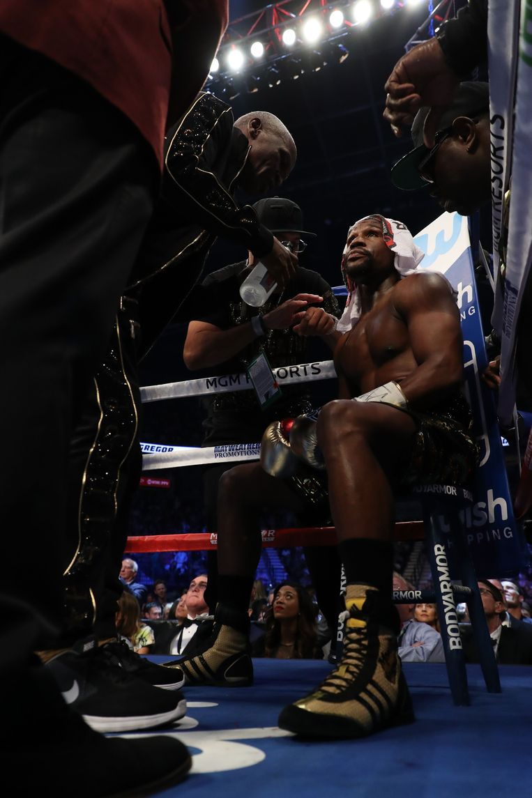 LAS VEGAS, NV - AUGUST 26: (L-R) Floyd Mayweather Jr. sits in his corner in between rounds of his super welterweight boxing match against Conor McGregor on August 26, 2017 at T-Mobile Arena in Las Vegas, Nevada.   Christian Petersen/Getty Images/AFP == FOR NEWSPAPERS, INTERNET, TELCOS & TELEVISION USE ONLY == Beeld AFP