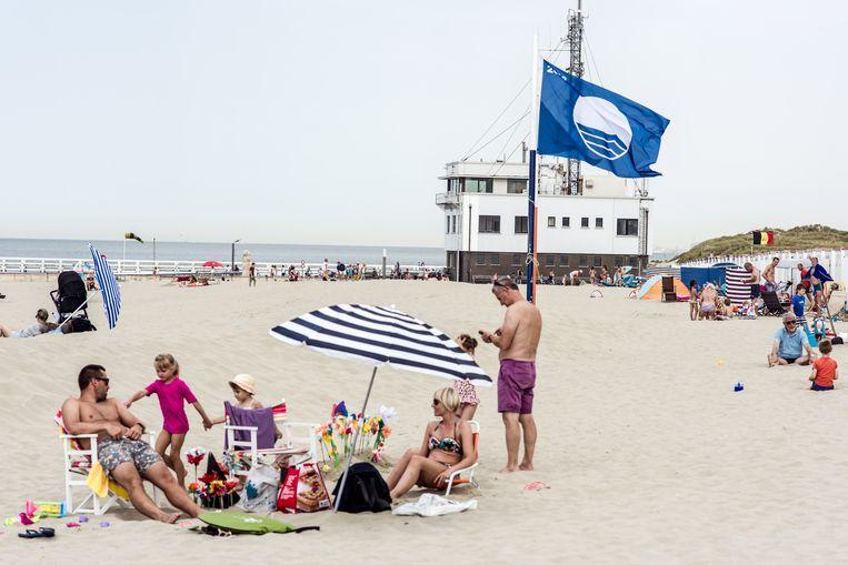 De blauwe vlag wappert in Nieuwpoort. Beeld Tine Schoemaker