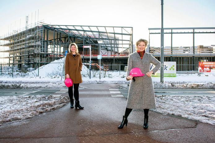 De nieuwbouw van de Nieuwe Nobelaer opent begin volgend jaar, als alles volgens planning verloopt. Directeur-bestuurder Hilda Vliegenthart (rechts) en adjunct Colinda Vergouwen vertellen vast over de filosofie achter dat nieuwe pand.