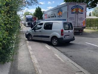 Kleine aanrijding tussen twee voertuigen veroorzaakt grote verkeershinder