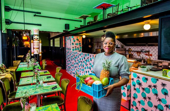 Een zachtroze keuken met palmbomen erop. Tafeltjes met een exotische vissenprint. De keuken van Toko Trash ziet er tropisch uit, maar moet verhuizen. Het pand is doorverkocht.