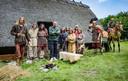 Tom Waes tussen de acteurs in het Nederlandse Dongen, waar een boerderij uit de ijzertijd werd nagebouwd om spectaculaire scènes met Romeinen en Galliërs in te blikken.