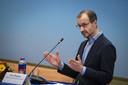 Minister Eric Wiebes (Economische Zaken en Klimaat, VVD) tijdens een toelichting op het gesloten akkoord ter waarde van ruim 1,5 miljard euro over de versterking van huizen in het aardbevingsgebied en het toekomstperspectief voor Groningen.