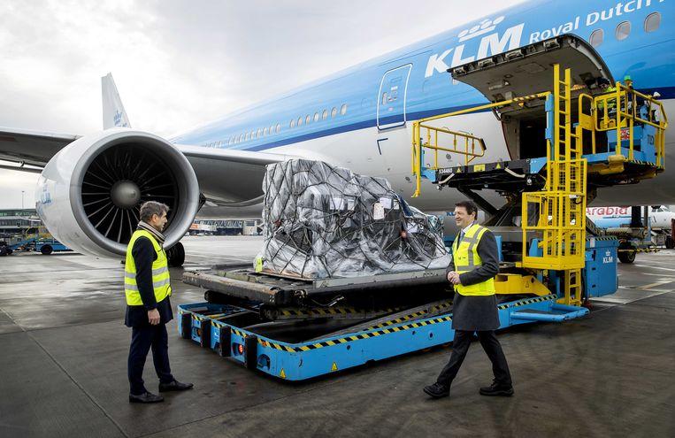 Demissionair staatssecretaris Paul Blokhuis (VWS) en KLM-topman Pieter Elbers bij een toestel van KLM dat wordt geladen met coronavaccins voor Aruba en Bonaire.  Beeld ANP