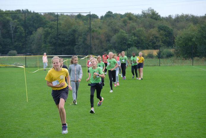 Meer dan duizend leerlingen namen deel aan de scholenveldloop.