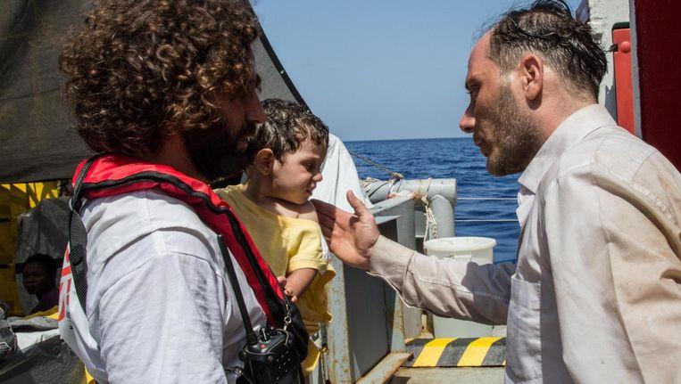 Wegens te weinig reddingsacties, zijn het dezer dagen vooral Artsen Zonder Grenzen die bootvluchtelingen opvangen. Hier helpen dokters een eenjarig Palestijns jongetje, dat ei zo na vermist was na de ramp. Beeld © Marta Soszynska