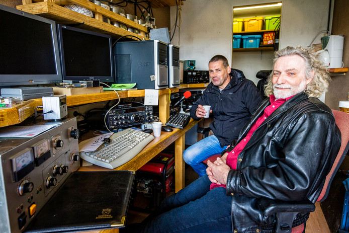 De zendamateurs Rob Aartman (links) en Joop Schalkwijk moeten weg van hun plek in Kamerik.