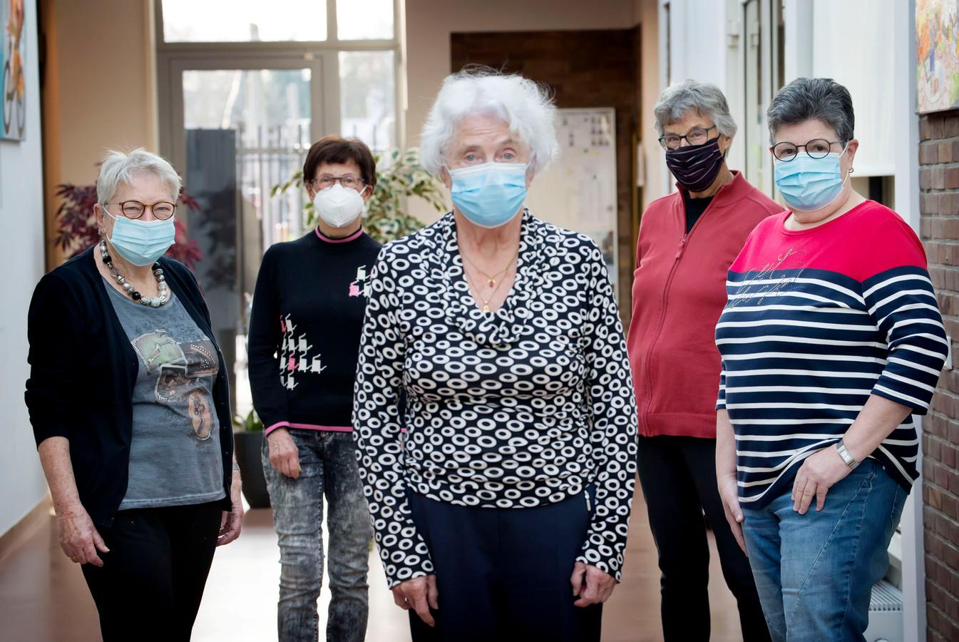 Rineke Wijngaards, Rika van Gils, Mattie Deurloo, Annie Roovers, José van Dorst (vlnr).