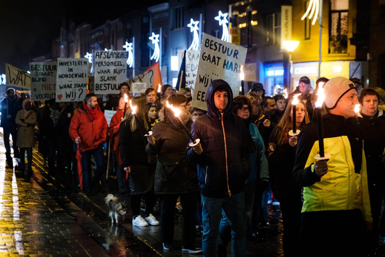 Vakbonden en gemeentepersoneel lieten hun ongenoegen maandagavond opnieuw zien op straat.