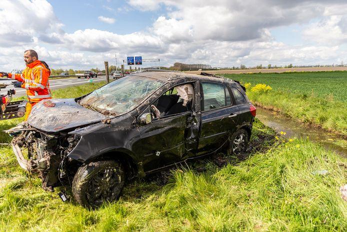 De auto die in sloot belandde is zwaar total loss