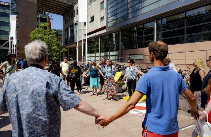 Actie door sympathisanten bij de rechtbank in Den Haag, waar de gemeente Bodegraven-Reeuwijk een kort geding heeft aangespannen tegen drie complotdenkers.