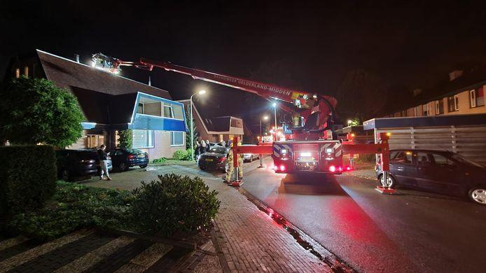 Er moest een hoogwerker aan te pas komen om de schoorsteenbrand in Duiven adequaat te bestrijden.
