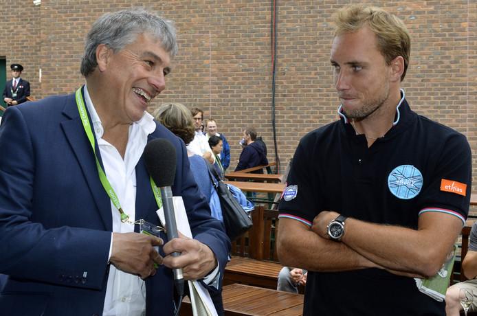 """John Inverdale, ici tout sourire aux côtés du Belge Steve Darcis, avait ensuite considéré Bartoli comme """"un modèle pour les gens qui n'ont pas vu le jour avec tous les attributs d'athlètes-nés""""."""