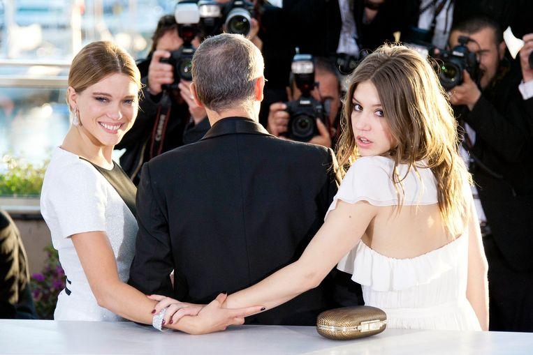 Lea Seydoux (l.) met Adèle Exarchopoulos (r.) en regisseur Abdellatif Kechiche in Cannes. Beeld PHOTO_NEWS