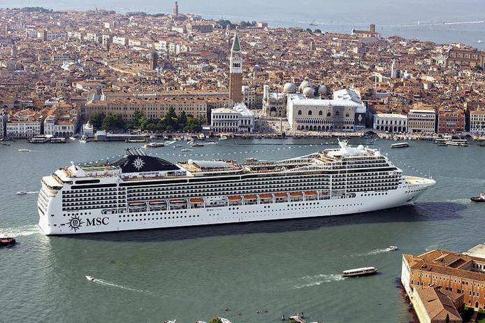 De MSC Magnifica verlaat de haven van Venetië en zet koers naar Bari.