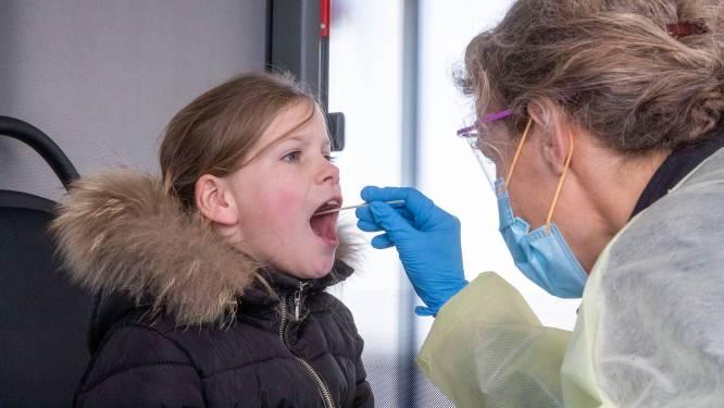 Anne-Linn (8) laat zich testen in bus in Kesteren: 'Dan kan ze hopelijk logeren bij oma'