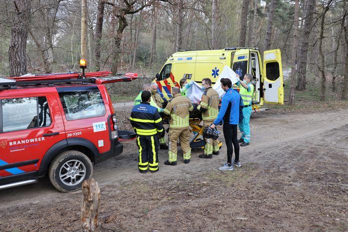 Brandweer en ambulance helpen gewonde mountainbiker in Kaatsheuvel