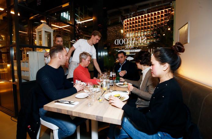 The Seafood Bar op het Stationsplein in Utrecht: indrukwekkend trendy wit interieur en een breed vispalet.