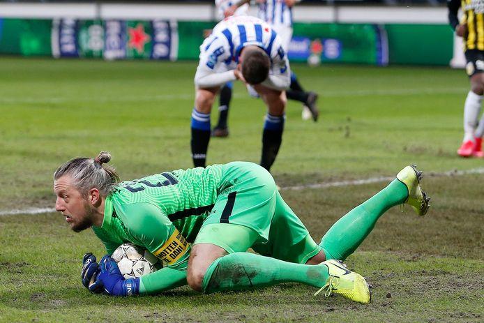 Vitesse-doelman Remko Pasveer stopte de strafschop van Joey Veerman, maar kon een nederlaag niet voorkomen.