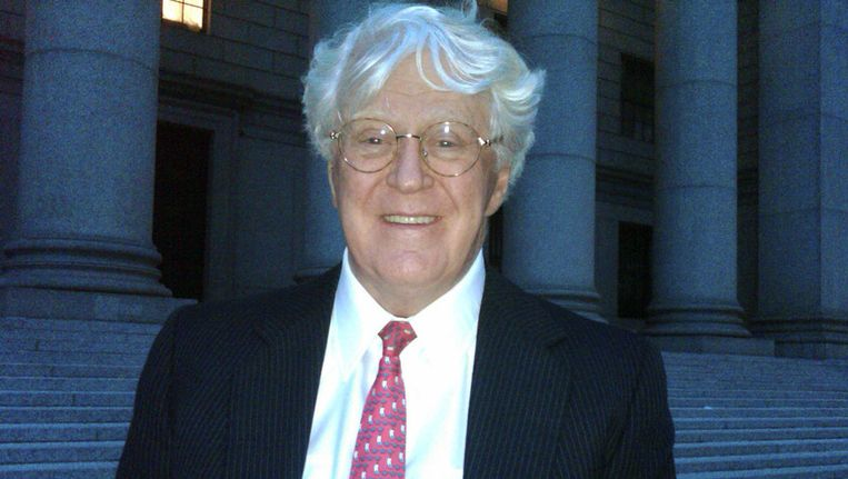William Koch verlaat de rechtbank in Manhattan na zijn overwinning. Beeld AP