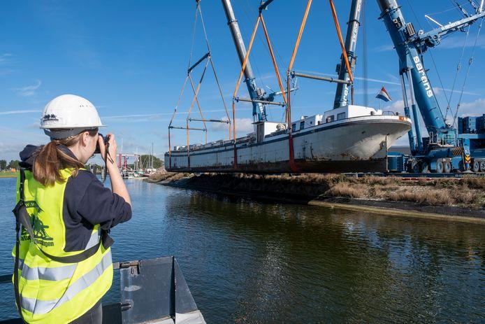 Watergeus Laura Spoor maakt vanaf een eigen scoutingbootje een foto als Nummer 70 uit het water wordt getakeld.