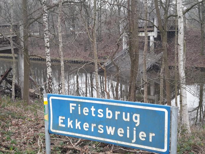 Fietsbrug Ekkersweijer ingestort.