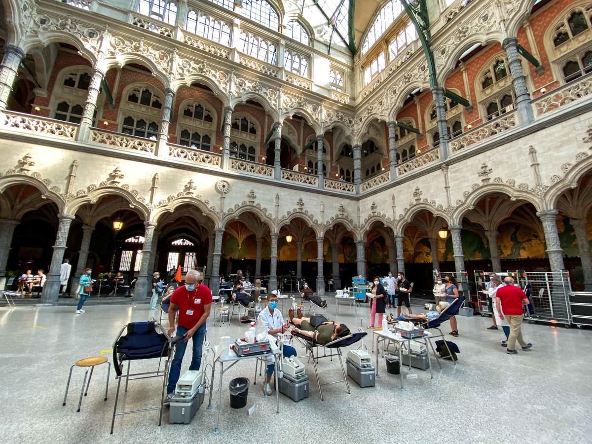 Het Rode Kruis zamelt bloed in in de Antwerpse Handelsbeurs.