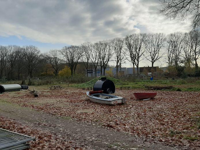 Het terrein van de kinderboerderij in Nijverdal ziet er verlaten en wat haveloos uit. Vanwege de corona-uitbraak is het maandenlang niet onderhouden door vrijwilligers.