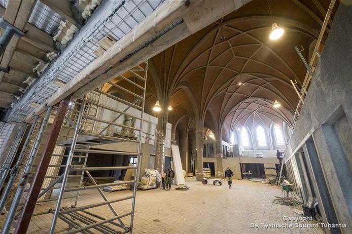 Het schip van de voormalige kerk vormt straks een overdekt binnenplein, dat de overgang vormt van buiten naar binnen, in de praktijkruimten.