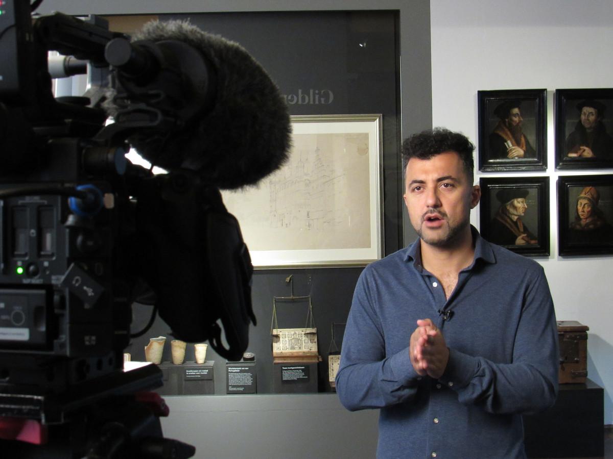 Özcan Akyol neemt zijn videoboodschap op over de herdenking van de Eerste Vrije Statenvergadering in Dordrecht.