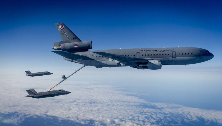 De twee Joint Strike Fighters (JSF of F-35) vliegen het Nederlandse luchtruim binnen. Beeld anp