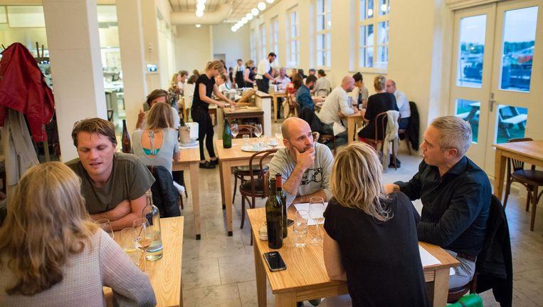 Scheepskameel is gevestigd in een schitterend oud pand en heeft waarschijnlijk de 'openste' keuken van Amsterdam Beeld Mats van Soolingen