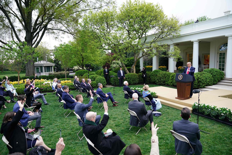 Trump kondigde de maatregelen tegen de Wereldgezondheids-organisatie aan op een persconferentie buiten het Witte Huis. Beeld AFP
