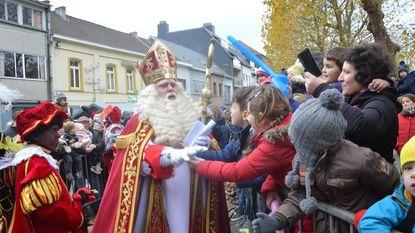 Kinderen verwelkomen Sinterklaas en Zwarte Pieten